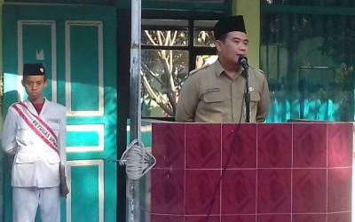 Kasubag TU Kemenag Kabupaten Madiun Menjadi pembina upacara di MTsN 4 Madiun