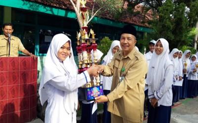 Penyerahan Piala Classmeeting MTsN 4 Madiun TA. 2019/2020